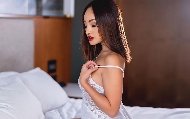 indonesian bride on bed